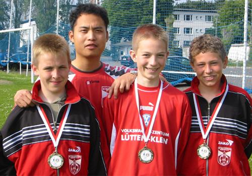Trainer Anh Ngo Tuan mit den D1-Junioren Robert Kuligowski, Eike Weiß und Florian Hötschkes, die die Saison mit dem SV Warnemünde auf einem dritten Platz in der Bezirksliga Nord abschlossen. Foto: Martin Schuster