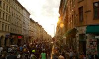 Critical Mass Berlin: In der Oranienstraße der Sonne entgegen. Foto: Tim Sauer