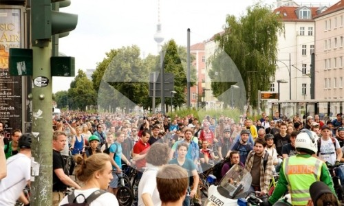 Critical Mass Berlin: Die Masse hält an, um zusammen zu bleiben. Foto: Tim Sauer