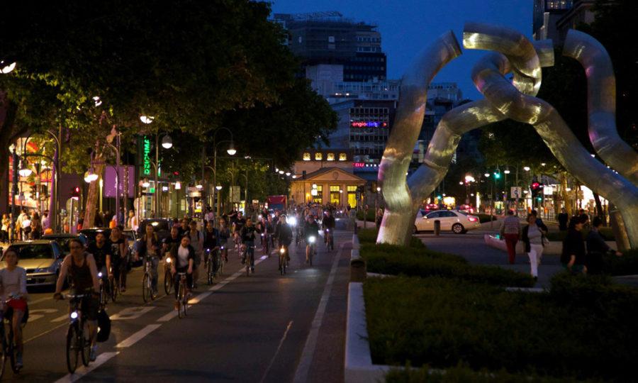 Critical Mass Berlin: Der Kurfürstendamm nur für Radfahrer. Foto: Tim Sauer