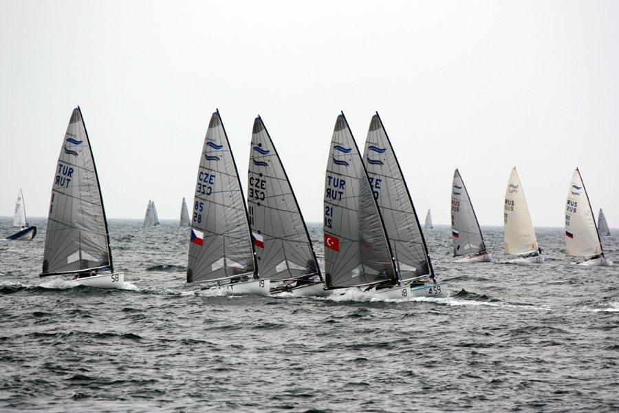 103 Boote zählten zum Teilnehmerfeld der Finn Dinghy Europameisterschaft vor Warnemünde.