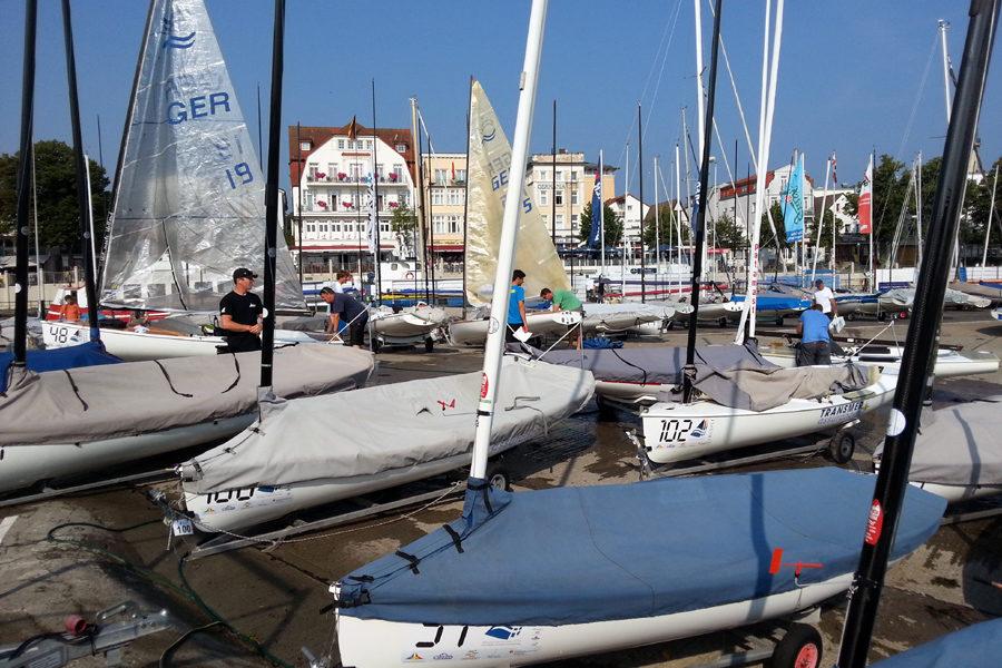 Der Yachthafen von Warnemünde während der Finn Dinghy Europameisterschaft.