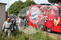 Der Bayern-Bus verschwindet gut gesichert in den Stadion-Katakomben.