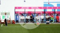 Die Bayern-Bank um Guardiola verfolgt aufmerksam das Geschehen auf dem Rasen.