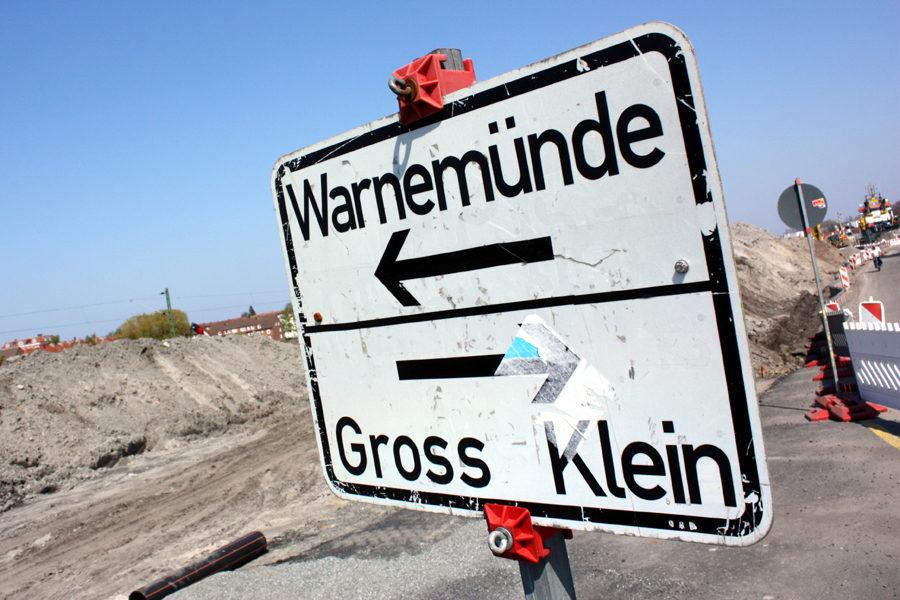 Ausschilderung nach Warnemünde und Groß-Klein.