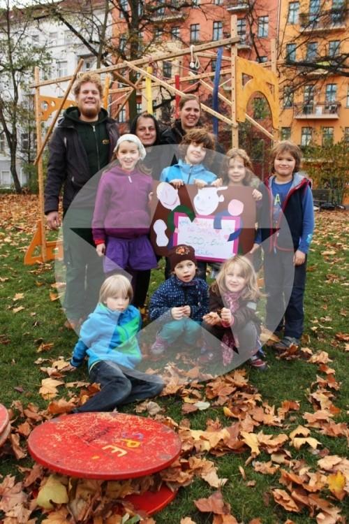 Kinder der Evangelischen Schule Berlin-Friedrichshain und das Spielwagen-Team.