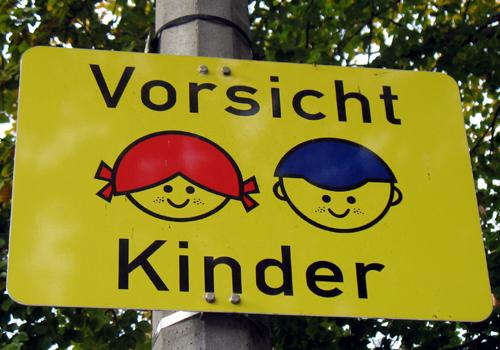 Verkehrsschild: Vorsicht Kinder in Friedrichshain, 2008