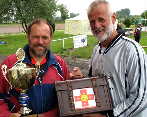 Kapitän Georg Pollex und Torhüter Rolf Busch gewannen die Siegertrophäe beim 5. Werner-Wegner-Turnier in Warnemünde mit Titelverteidiger ESV Lok Rostock nach 2002, 2005 in diesem Jahr zum dritten Mal. Foto: Martin Schuster